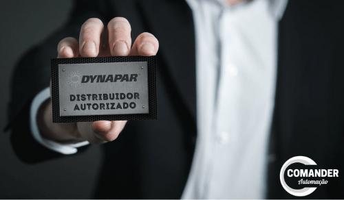 distribuidor autorizado dynapar, homem segurando cartao